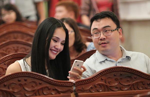 Theo bật mí hiếm hoi của người đẹp gốc Hải Dương, cô và ông xã có 2 năm tìm hiểu và yêu thương nhau. Liu Jia được cô đánh giá là người năng động, cầu tiến và có trình độ.