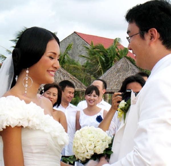 Đến tháng 10/2010 Hương Giang bất ngờ kết hôn với bạn trai ngoại quốc bằng đám cưới bí mật được tổ chức ở biển và chỉ mời 30 khách không thuộc giới giải trí.