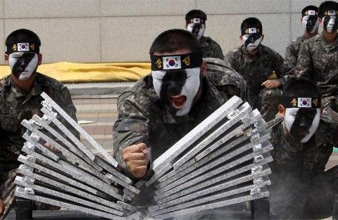 Ngoài các đòn thế sát thủ, đặc nhiệm Hàn Quốc còn luyện cả khí công và ngạnh công.
