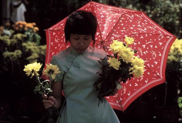 Cô gái Huế trong dịp Tết năm 1988. (Ảnh: Philip Jones Griffiths)