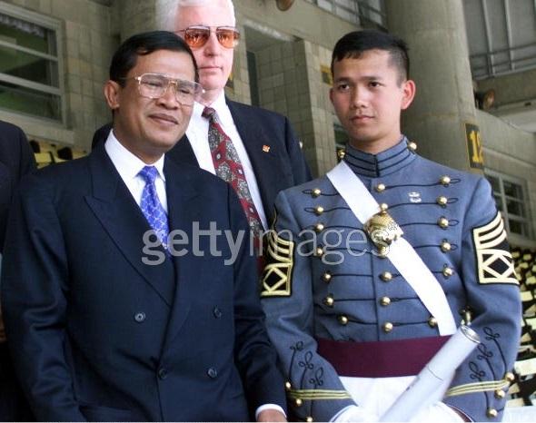 Ông Hun Sen tới dự lễ tốt nghiệp Học viện West Point của cậu con trai Hun Manet năm 199. Ảnh: Getty