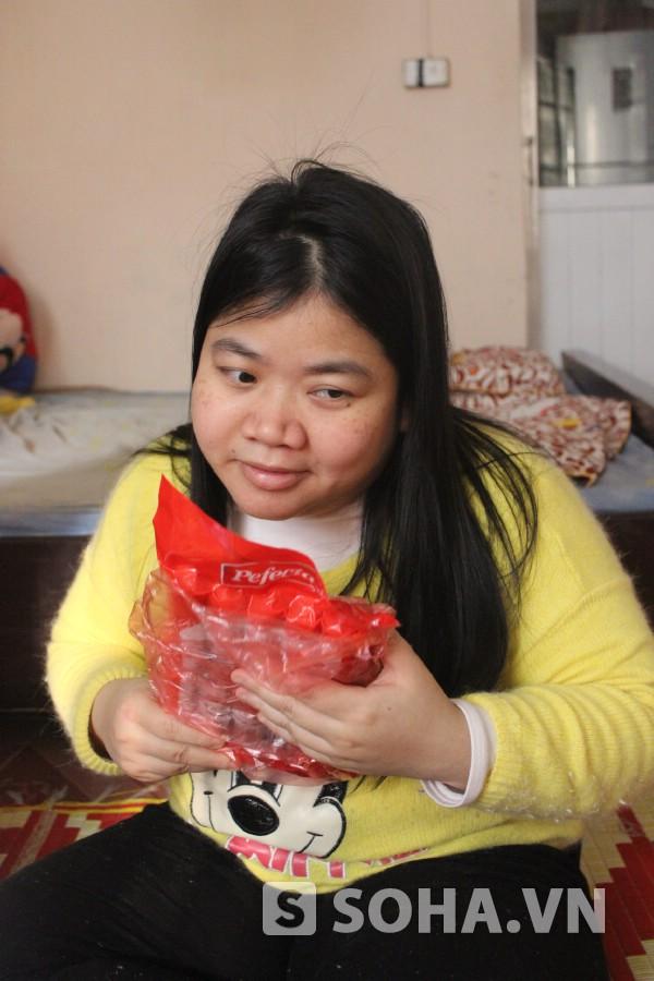 Không có đôi mắt, chị Trang dùng đôi tay để phân biệt đồ vật, thức ăn.