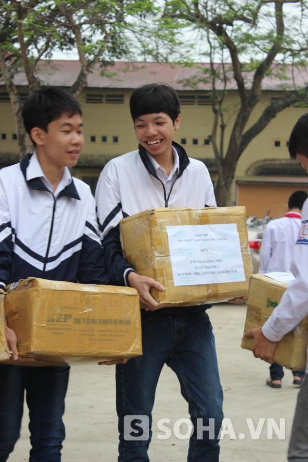 Học sinh phấn khởi khi được nhận những cuốn sách mới quý giá.