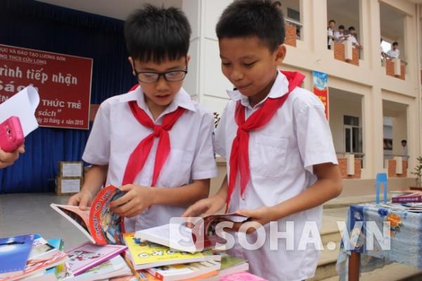 Học sinh thích thú tìm cuốn sách mình yêu thích.