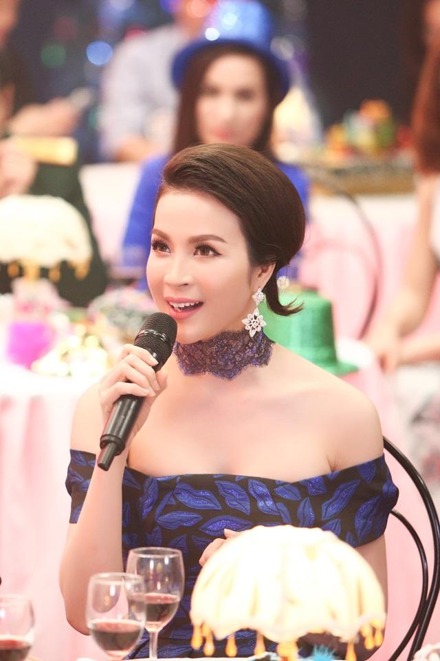 Mặc dù khá bận rộn với các hoạt động nghệ thuật nhưng Thanh Mai vẫn tự mình quản lý chuỗi tiệm chăm sóc sắc đẹp nổi tiếng.