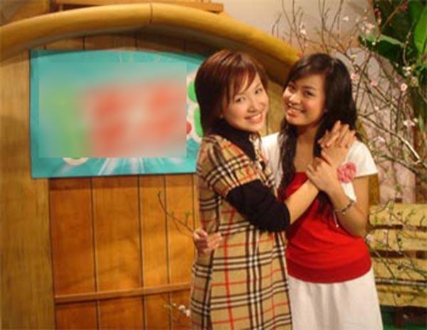 Thời điểm 11 năm trước, Hoàng Thùy Linh và Thanh Vân đều chuộng gu ăn mặc kín đáo, đơn giản để phù hợp với chương trình mà mình tham gia.