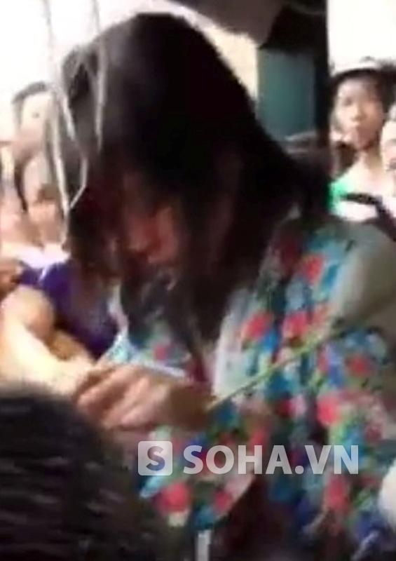 Người phụ nữ ăn trộm bị người dân trói vào cột và xé áo