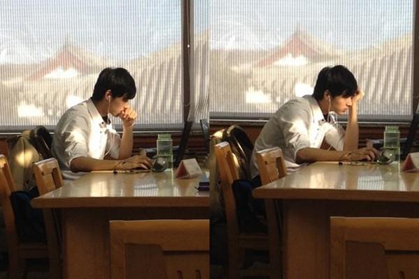 Bức ảnh chàng trai học bài trong thư viện khiến dân mạng liêu xiêu.
