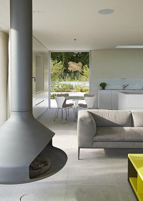 Màu sắc chủ đạo của căn nhà là màu trắng và màu xám