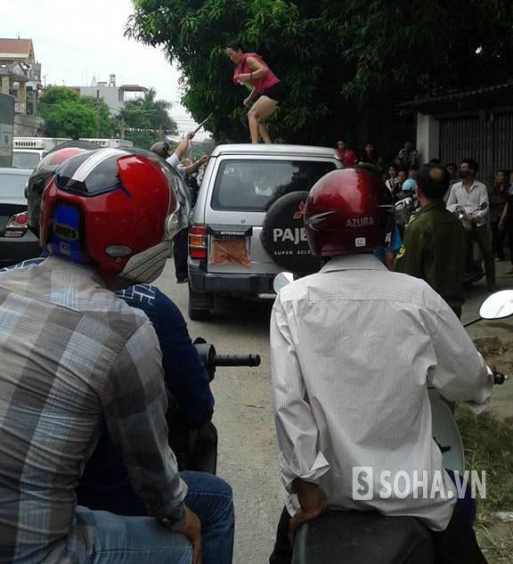 Rất đông người dân chứng kiến vụ việc, và phải mất gần 2 giờ đồng hồ, mọi người mới đưa được người phụ nữ này xuống đất