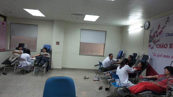 Nhiều người nhà bệnh nhân tham gia công tác hiến máu tình nguyện.