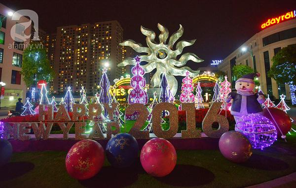 """Không khí giáng sinh đã tràn ngập khắp các phố phường Hà Nội. Đặc biệt là ở các trung tâm thương mại,nhà thờ lớn đã được trang hoàng lộng lẫy. Trước cổng của khu đô thị Times city, dòng chữ """"Happy new year 2016"""" cũng đã sáng bừng trong đêm, chuẩn bị đón chào một năm mới đang đến rất gần."""