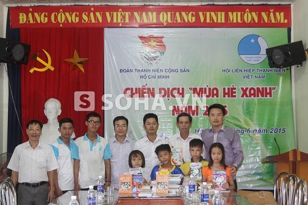 Đại diện Báo điện tử Trí Thức Trẻ trao tặng sách theo chương trình Thư viện vùng quê cho Trung tâm nuôi dưỡng trẻ em mồ côi Kim Bảng.