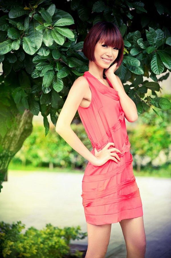 Minh Tú tên thật là Nguyễn Minh Tú. Cô sinh năm 1992 và gây chú ý bởi chiều cao 1m79 cùng số đo 3 vòng là: 86-59-91.