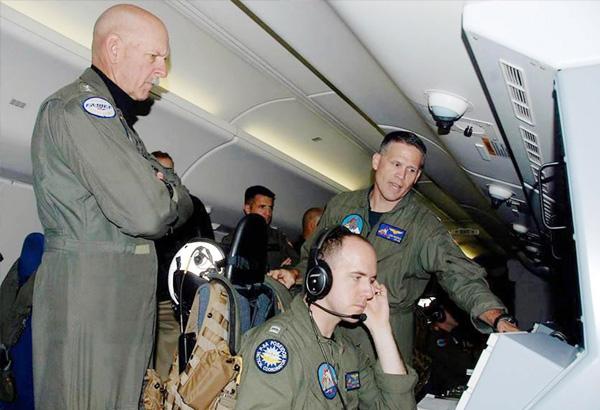Đô đốc Scott Swift (trái) trên chuyến bay trinh sát ở Biển Đông ngày 18/7.