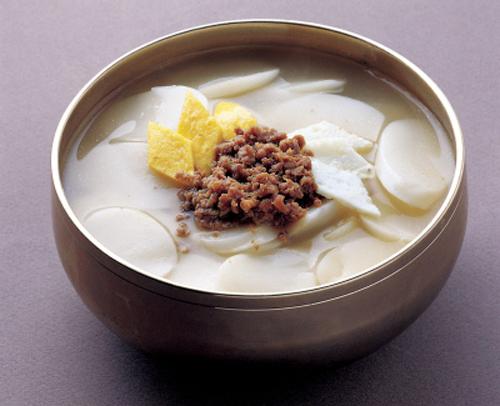 Được chế biến đơn giản với nước canh và bánh gạo thái mỏng, Tteokguk là món  ăn mang lại may mắn và đánh dấu một năm qua đi với người dân xứ sở kim chi.