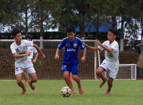 Nguyễn Thái Quốc Cường (giữa) là nhân tố nổi bật của khóa 4 Học viện HAGL Arsenal JMG.
