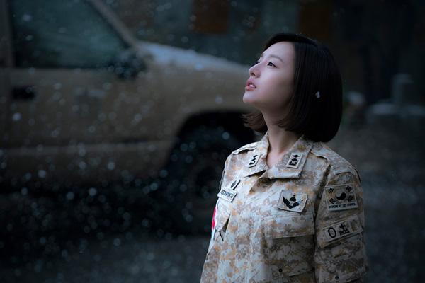 Hôm ấy trung úy Yoon nói, đó là trận tuyết rơi đầu tiên trong suốt 100 năm qua. Và rồi, người đó đi ra từ trong tuyết...