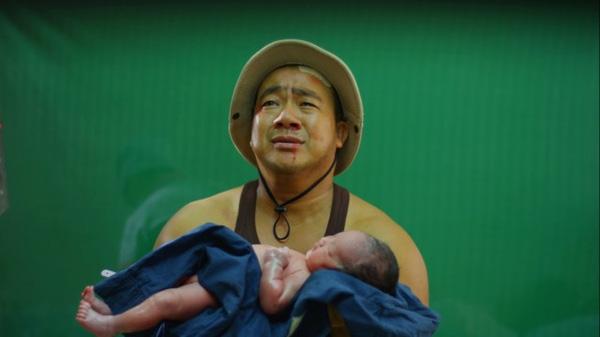 Cảnh phim của Hiếu Hiền và con gái sơ sinh