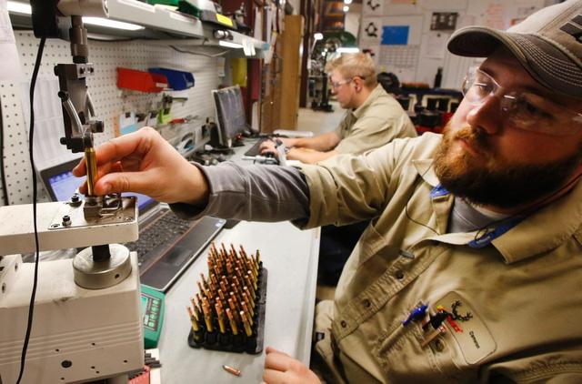 Người công nhân này có nhiệm vụ kiểm tra các dung sai kích thước, cân nặng của viên đạn, đảm bảo chúng không vượt quá tiêu chuẩn cho phép.