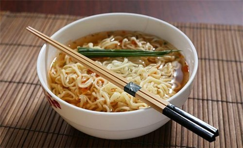 http://sohanews.sohacdn.com/k:2016/11-20160407-020017-instant-noodles-make-you-fat-faster-than-rice-600x365-1460538670927/neu-rat-them-nhung-mon-nay-ban-dang-gap-nhieu-van-de-ve-suc-khoe.jpg