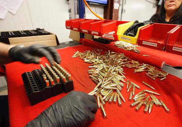 Bức ảnh chụp một công nhân đang sắp những viên đạn 300 AAC Blackout vào khay. Bên cạnh việc sản xuất và phân phối đạn dược, Barnes Bullets cũng làm những loại hàng hóa khác như mũ và áo thun.