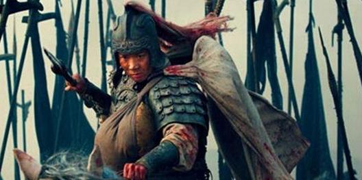 Hình ảnh Triệu Vân một mình một ngựa cùng A Đẩu thoát vòng vây quân Ngụy trên phim.