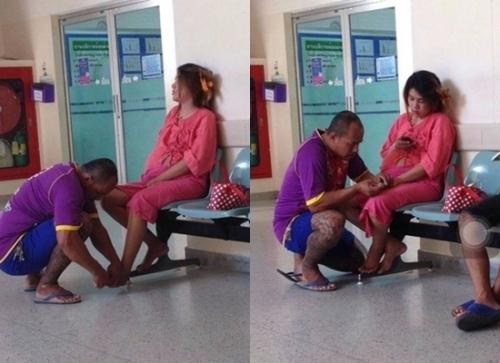 Người chồng xăm trổ bóp chân cho vợ mang bầu trong hành làng bệnh viện ở Thái Lan.