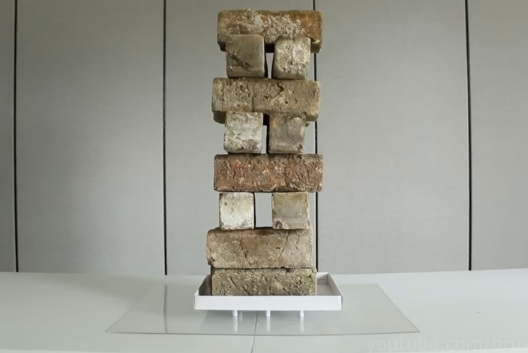 Số gạch này có trọng lượng lên tới 27 kg.