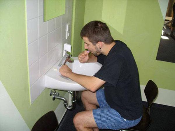 19. Đánh răng cùng sắm cái ghế ngồi chứ đứng ... mệt.