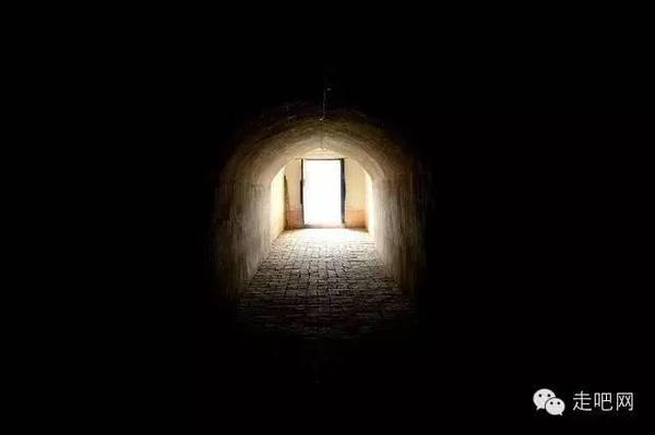Đường hầm dẫn vào một ngôi nhà dưới lòng đất.