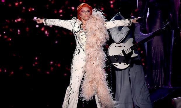 Lady Gaga có màn trình diễn xuất sắc với chùm ca khúc của huyền thoại vừa qua đời David Bowie.