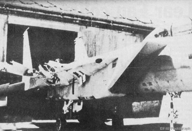 Cận cảnh phần cánh phải của chiếc F-15D đã bị xé toạc khỏi thân