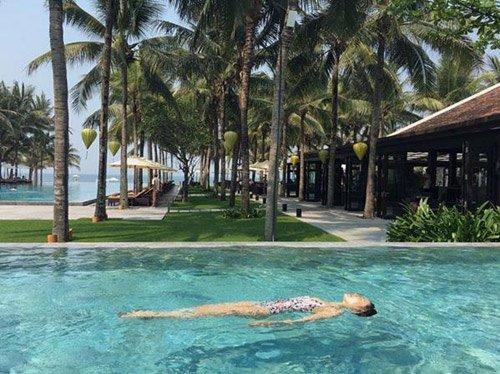 Son Ye Jin thoải mái bơi lội trong kỳ nghỉ bí mật của mình