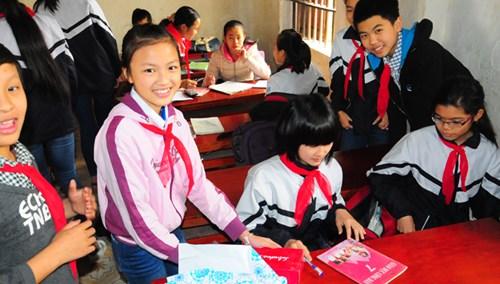 Vượt lên mặc cảm thân phận, Ngô Kiều Anh (bên trái ) cùng các bạn quây quần trong lớp 7A.