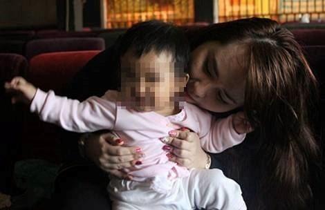 Cô gái mang cháu ruột bịa chuyện đó là con tử tù đang chuẩn bị thi hành án để câu like. Ảnh: FBNV.