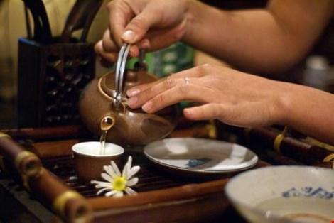 Khi pha trà, tốt nhất nên dùng nước mới đun sôi. Hình minh họa.