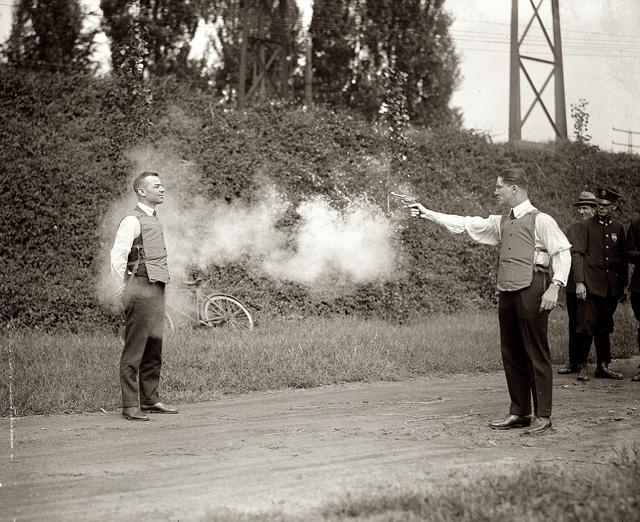 Tấm ảnh nổi tiếng chụp cảnh thử áo giáp chống đạn tại Washington, D.C. tháng 9 năm 1923.
