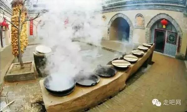Người dân có thể nấu nướng trong sân nhà...