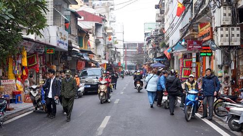 Nhiều tuyến phố ở thủ đô, vỉa hè được trưng dụng làm nơi bày bán hàng. Ảnh: Vietnamnet.