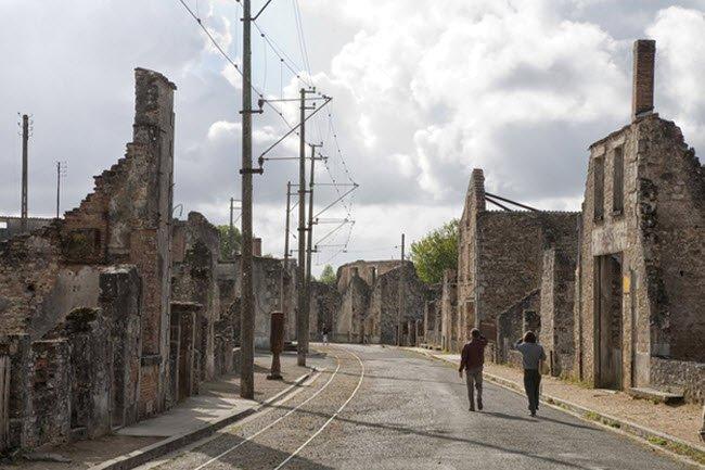 Ngôi làng Oradour-sur-Glane ở Pháp là bằng chứng cho thấy sự tàn ác của  phát xít Đức trong cuộc chiến tranh thế giới thứ hai. Chúng đã tàn sát gần  như toàn ...