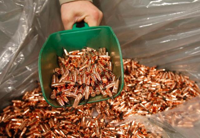 Những chiếc đầu đạn đã hoàn thiện tại nhà máy Barnes Bullets - Nhà máy của Tử Thần. Bức ảnh này chụp lại khoảnh khắc những chiếc đầu đạn đã hoàn thiện được đổ ra thùng ngày 06 tháng 01 năm 2016.