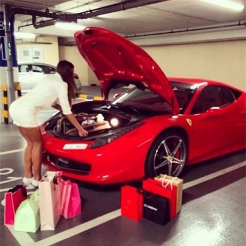 Những chàng trai cô gái lái xế xịn đi sắm đồ hiệu là điều thường thấy ở Dubai.