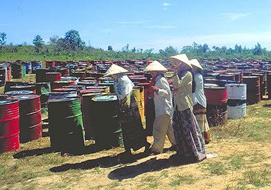 Chất thải độc hại của Formasa Plastic được đựng trong những thùng chứa thô sơ, không được rào chắn ở một bãi rác thải tại Sihanoukville, Campuchia năm 1999. Ảnh: Internet.