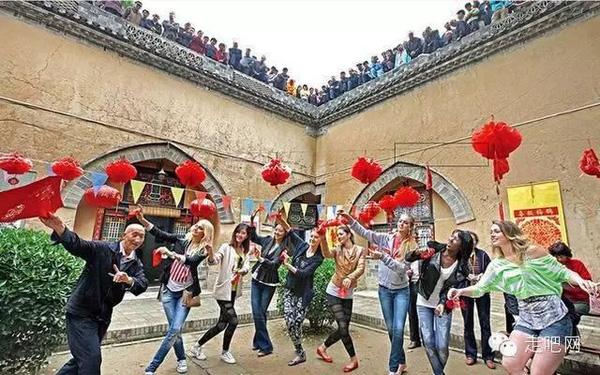 Hiện tại, có rất nhiều công ty đã tổ chức những tour du lịch đến các ngôi làng không đụng hàng trên và thu hút rất nhiều du khách tới tham quan, tìm hiểu.