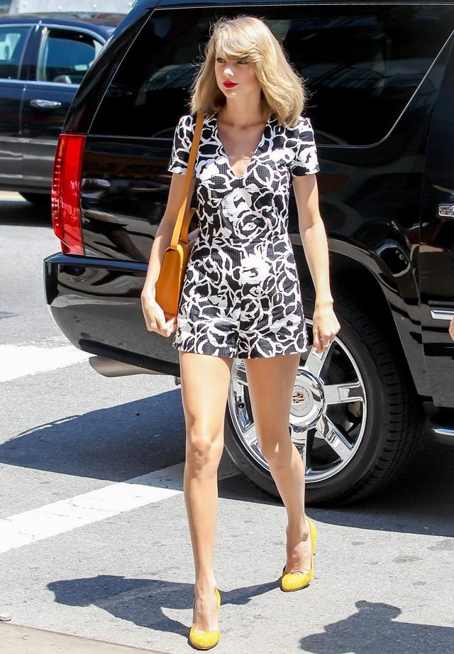Streetstyle của Taylor Swift luôn được đánh giá cao dù trang phục và cách mix đồ rất đơn giản.