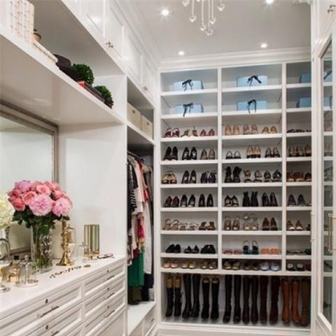 Một góc tủ đồ hoành tráng như cửa hiệu thời trang.