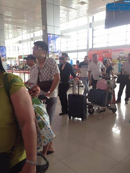 Cả hai dường như sắp cùng nhau đi du lịch với vali, đồ đạc lỉnh kỉnh.