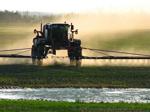 Phun thuốc diệt cỏ trên cánh đồng (Ảnh minh họa)