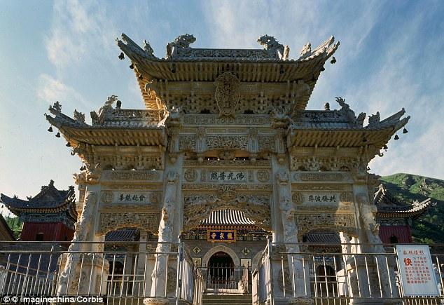 Long Tuyền – tên của ngôi chùa ở ngoại ô Bắc Kinh, Trung Quốc - đã giới thiệu một robot có thể tụng kinh, niệm Phật, di chuyển theo yêu cầu và có thể nói chuyện.